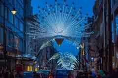 Décoration de lumières de Noël à la rue d'Oxford et aux un bon nombre de gens Photographie stock libre de droits