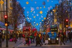 Décoration de lumières de Noël à la rue d'Oxford et aux un bon nombre de gens Image libre de droits