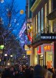 Décoration de lumières de Noël à la rue d'Oxford et aux un bon nombre de gens Photos libres de droits