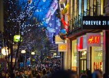 Décoration de lumières de Noël à la rue d'Oxford et aux un bon nombre de gens Image stock