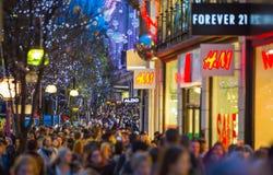 Décoration de lumières de Noël à la rue d'Oxford et aux un bon nombre de gens Images stock
