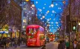 Décoration de lumières de Noël à la rue d'Oxford et aux un bon nombre de gens Photos stock