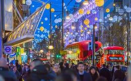 Décoration de lumières de Noël à la rue d'Oxford et aux un bon nombre de gens Photographie stock