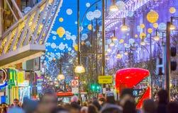 Décoration de lumières de Noël à la rue d'Oxford et aux un bon nombre de gens Photo libre de droits