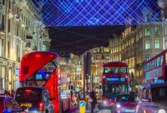 Décoration de lumières de Noël à la rue d'Oxford et aux un bon nombre de gens Images libres de droits