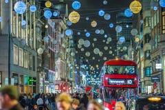 Décoration de lumières de Noël à la rue d'Oxford et aux un bon nombre de gens Photo stock