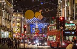 Décoration de lumières de Noël à la rue de régent et aux un bon nombre de gens Londres Images libres de droits