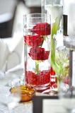 Décoration de luxe de mariage avec les roses rouges dans un verre Photo stock