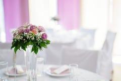 Décoration de mariage avec des fleurs dans le vase Photographie stock