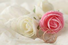 Décoration de mariage avec des fleurs et des anneaux de mariage Photo stock