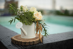 Décoration de mariage avec la pièce maîtresse naturelle de fleurs photographie stock libre de droits