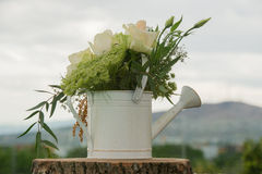 Décoration de mariage avec la pièce maîtresse naturelle de fleurs Image libre de droits