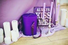 Décoration de mariage avec le tissu et les bougies Photographie stock