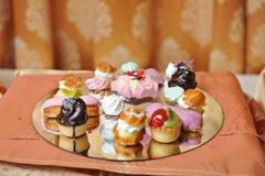 Décoration de mariage avec les petits gâteaux, les meringues et les petits pains colorés Disposition élégante et luxueuse d'événe Images libres de droits