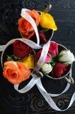 Décoration de mariage avec les roses colorées Images stock