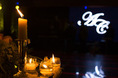 Décoration de mariage de nuit avec des bougies Photos stock