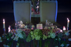 Décoration de mariage de nuit avec des bougies et des fleurs naturelles image stock