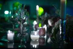 Décoration de mariage de nuit avec des bougies et des verres de vin, pièce maîtresse de mariage Photos stock