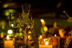 Décoration de mariage de nuit avec des bougies et des verres de vin, pièce maîtresse de mariage images stock