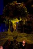 Décoration de mariage de nuit avec la pièce maîtresse naturelle de fleurs Images stock