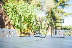 Décoration de mariage : l'amour de mot sur la table Images stock