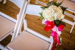 Décoration de mariage sur la chaise blanche images stock