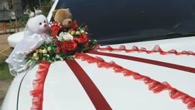 Décoration de mariage sur une voiture blanche de capot dehors banque de vidéos