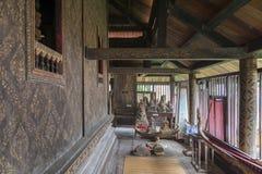 Décoration de mur intérieur avec la laque noire dorée à l'intérieur de la bibliothèque bouddhiste de scriptures chez Wat Mahathat Photos stock
