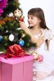Décoration de Noël-arbre de fixation de petite fille Photographie stock