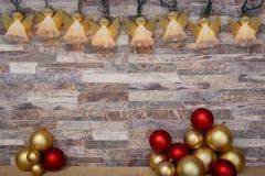 Décoration de Noël au-dessus d'un fond de mur en pierre images libres de droits