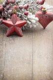 Décoration de Noël au-dessus de fond en bois Image stock