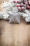Décoration de Noël au-dessus de fond en bois Photographie stock libre de droits