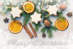 Décoration de Noël au-dessus du fond en bois en bois blanc Vue supérieure des biscuits en forme d'étoile nuts de beurre fait mais Images libres de droits