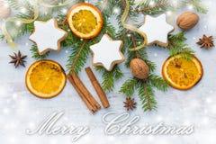 Décoration de Noël au-dessus du fond en bois en bois blanc Vue supérieure des biscuits en forme d'étoile nuts de beurre fait mais Images stock