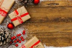 Décoration de Noël au-dessus de fond en bois image libre de droits