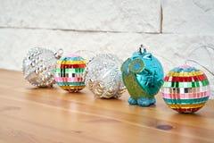 Décoration de Noël avec de belles babioles colorées sur l'étagère sur le fond d'un mur de briques photographie stock