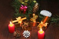 Décoration de Noël avec des boîte-cadeau, des bougies rouges, l'arbre de Noël et des boules colorées Foyer sélectif Photos libres de droits