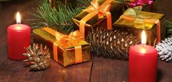 Décoration de Noël avec des boîte-cadeau, des bougies rouges, l'arbre de Noël et des boules colorées Foyer sélectif Photo stock