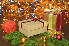 Décoration de Noël avec des boîte-cadeau, des bougies rouges, l'arbre de Noël et des boules colorées Foyer sélectif Images libres de droits