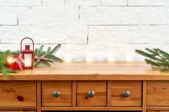 Décoration de Noël avec des brindilles de sapin et de lanterne sur une étagère sur le fond d'un mur de briques photo stock