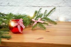 Décoration de Noël avec des brindilles de sapin et de lanterne sur une étagère sur le fond d'un mur de briques images stock