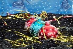 Décoration de Noël avec des flocons de neige sur le velours noir avec un contexte bleu Photographie stock