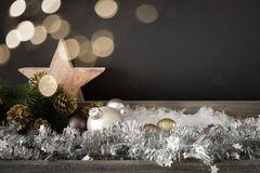 Décoration de Noël avec l'étoile de boules en verre et le ligh en bois de bokeh image libre de droits