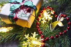 Décoration de Noël avec l'arbre de sapin, le boîte-cadeau, les lumières de guirlande et les cônes de pin sur le vieux fond en boi Photographie stock libre de droits