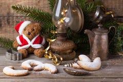 Décoration de Noël avec l'ours de nounours avec des biscuits Images stock