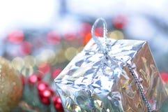 Décoration de Noël avec la babiole et le cadeau Photos stock