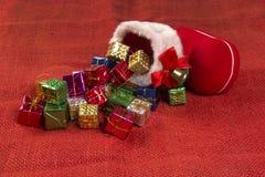 Décoration de Noël avec la botte du ` s de Santa et les cadeaux en baisse Images stock