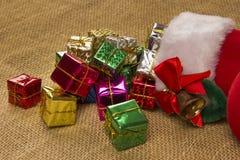 Décoration de Noël avec la botte du ` s de Santa et les cadeaux en baisse Image libre de droits