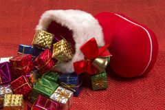 Décoration de Noël avec la botte du ` s de Santa et les cadeaux en baisse Photographie stock libre de droits