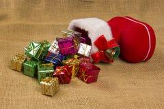 Décoration de Noël avec la botte du ` s de Santa et les cadeaux en baisse Photo libre de droits